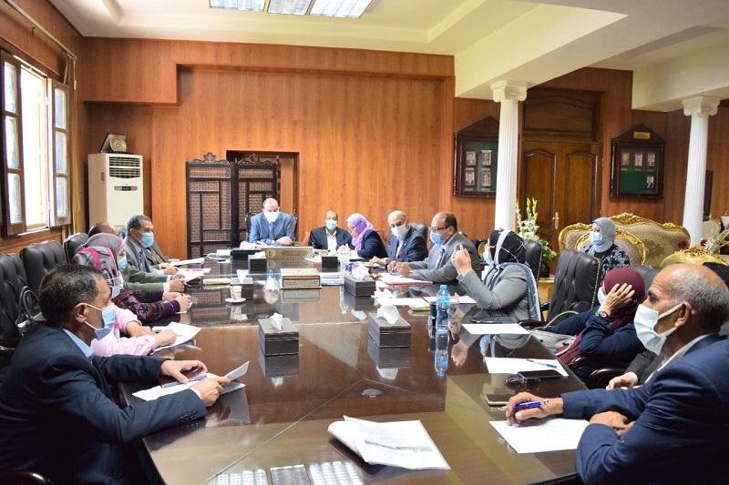 السكرتير العام المساعد  تتفقد المناطق الغير مخططة والمستهدف تطويرها بمدينة قنا