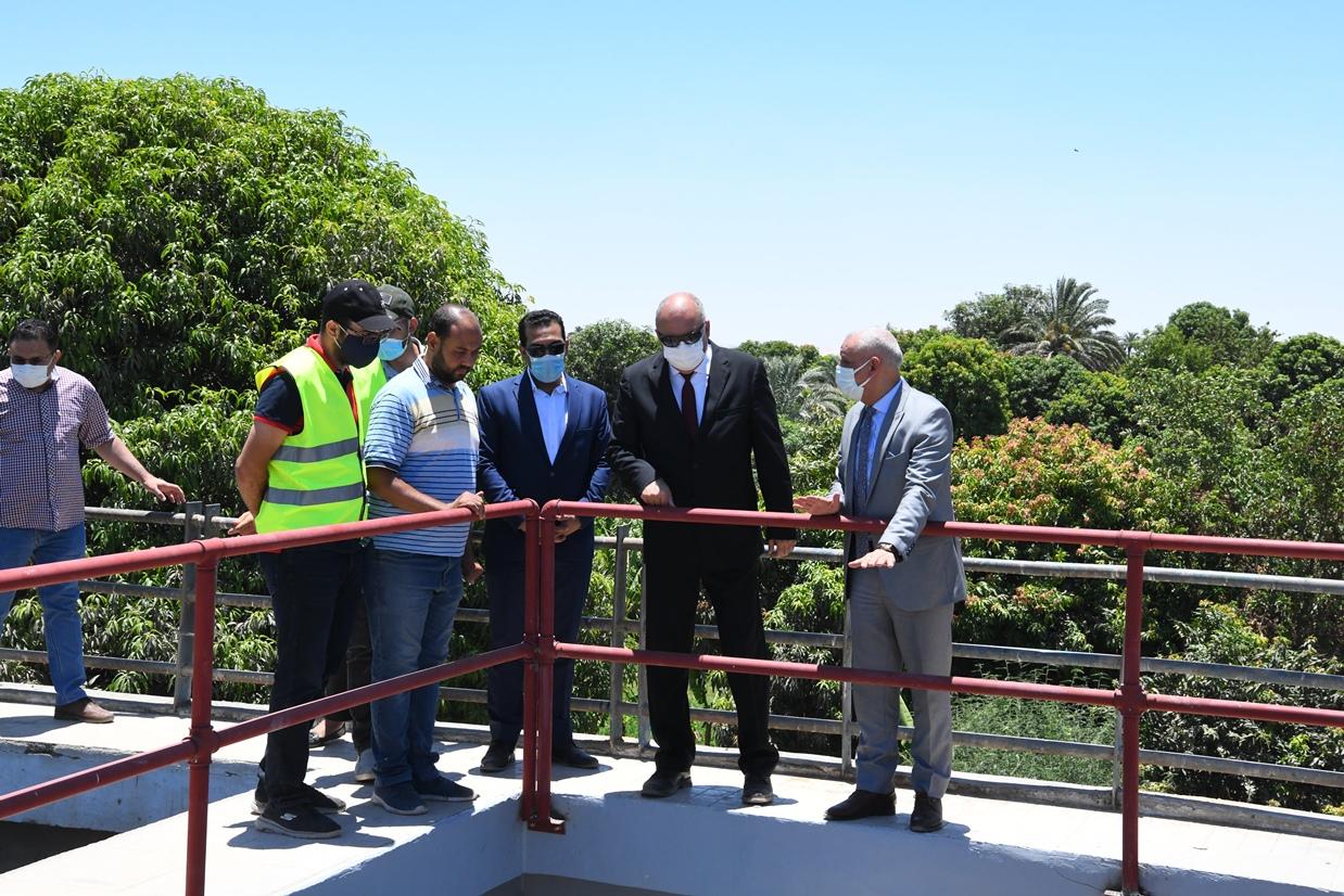محافظ قنا يتابع أعمال الإحلال والتجديد بمحطة مياه السلامية