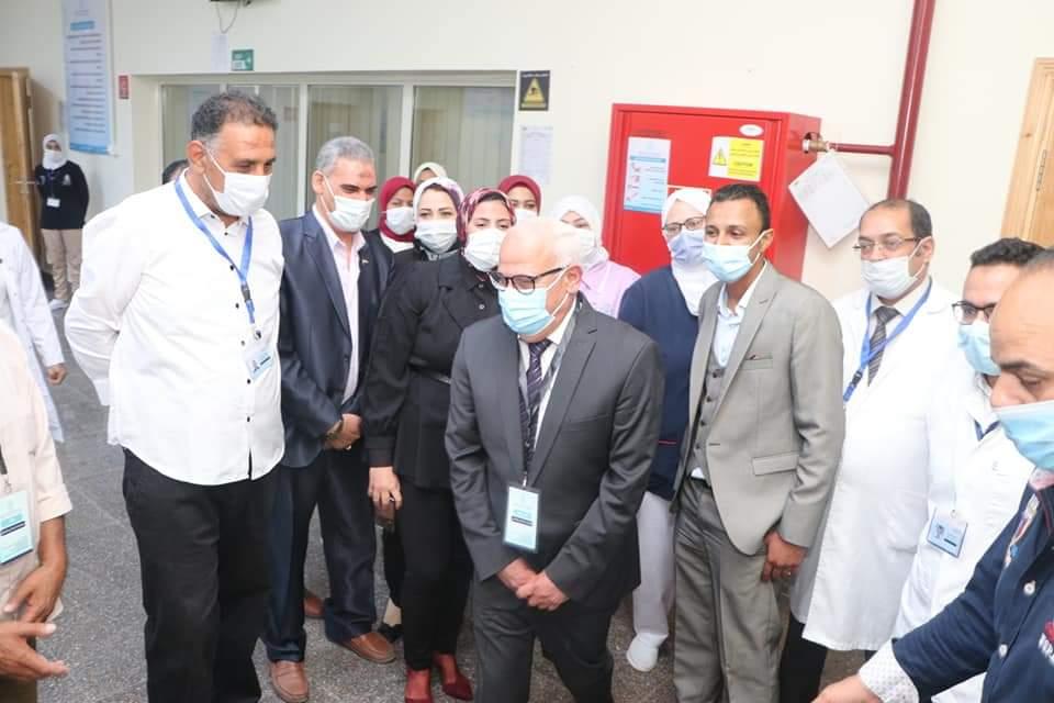محافظ بورسعيد يتفقد وحدة طب أسرة الحى الإماراتى