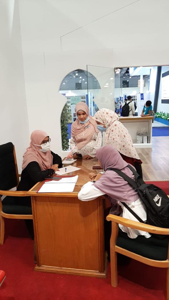 """مشروع """"مفتيات الأزهر"""" يؤتي ثماره بمعرض الكتاب..استقبلن مئات الفتاوى الخاصة بالنساء وأثبتن نجاح مبادرة الإمام الأكبر"""