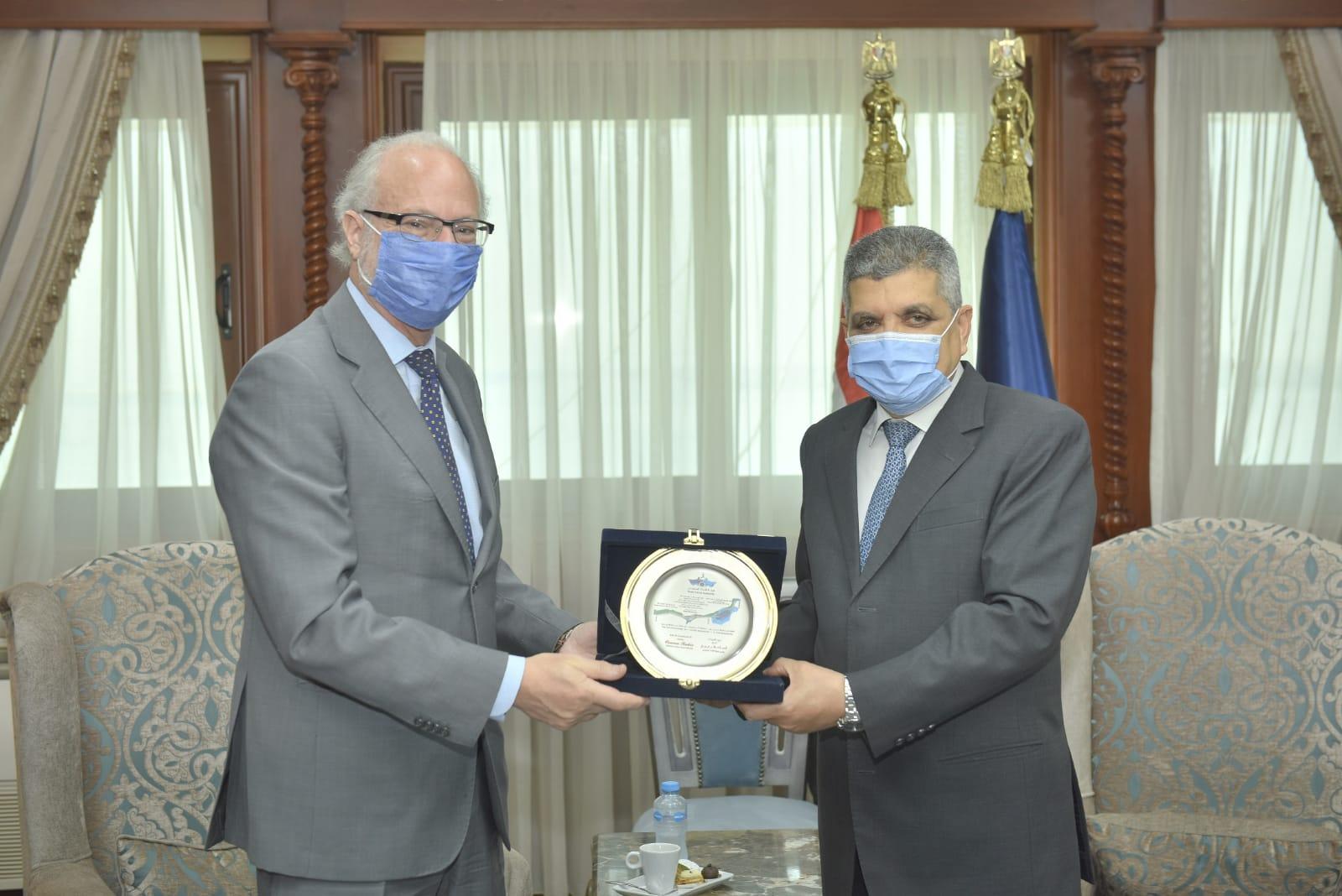 الفريق أسامة ربيع يلتقي السفير الأرجنتيني لبحث سبل التعاون المشترك