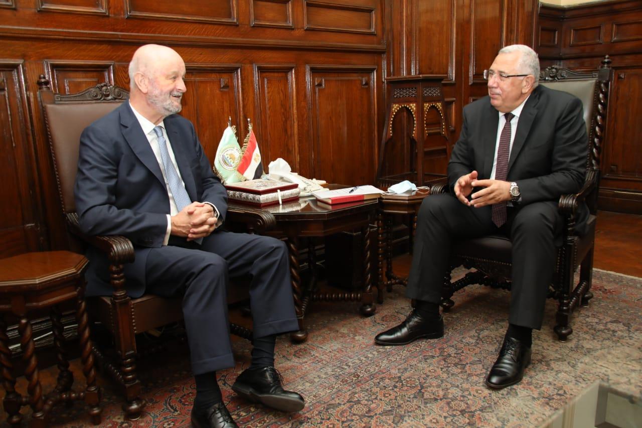 وزير الزراعة يبحث مع سفير اسبانيا التعاون بين البلدين في مجال الاستزراع السمكي وانتاج التقاوي وتحديث الري والصوب الزراعية