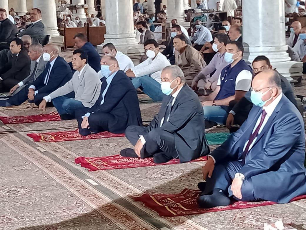 ٣ وزراء ومفتى الجمهورية ومحافظ القاهرة يؤدون صلاة الجمعه بمسجد عمرو بن العاص
