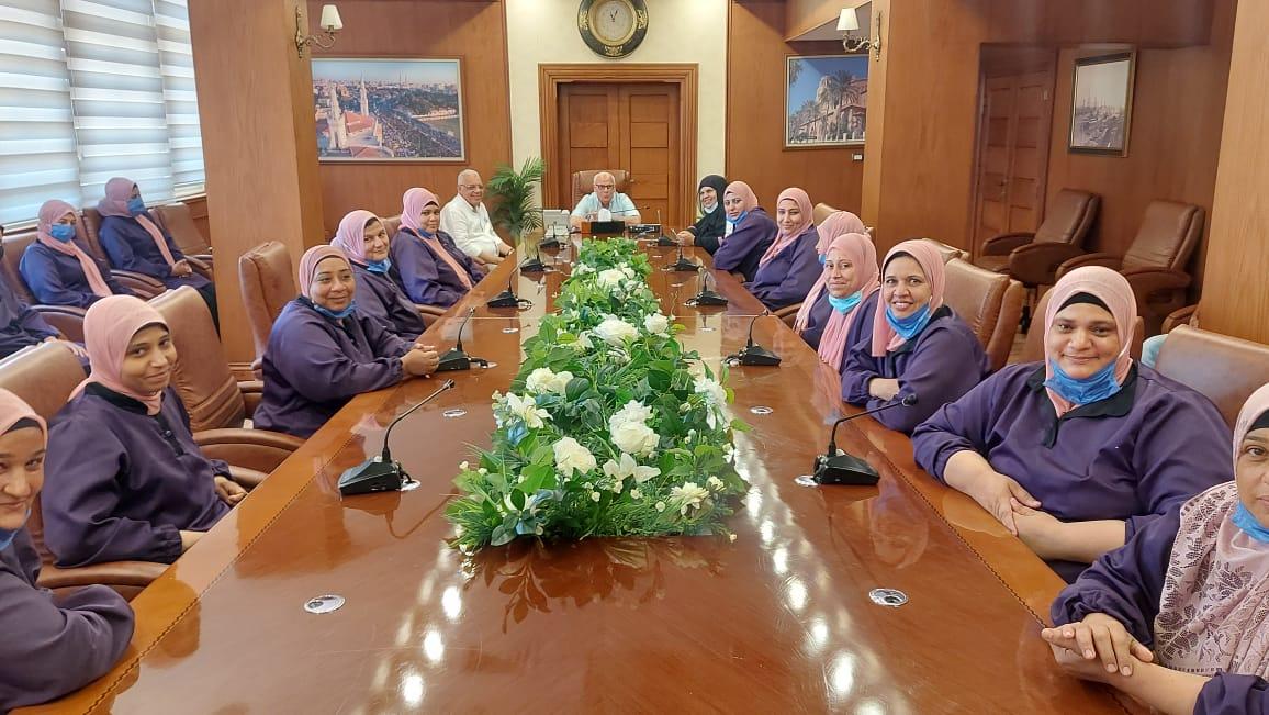 محافظ بورسعيد يلتقي عمال النظافة بالديوان العام ويقدم التهنئة بعيد الاضحي