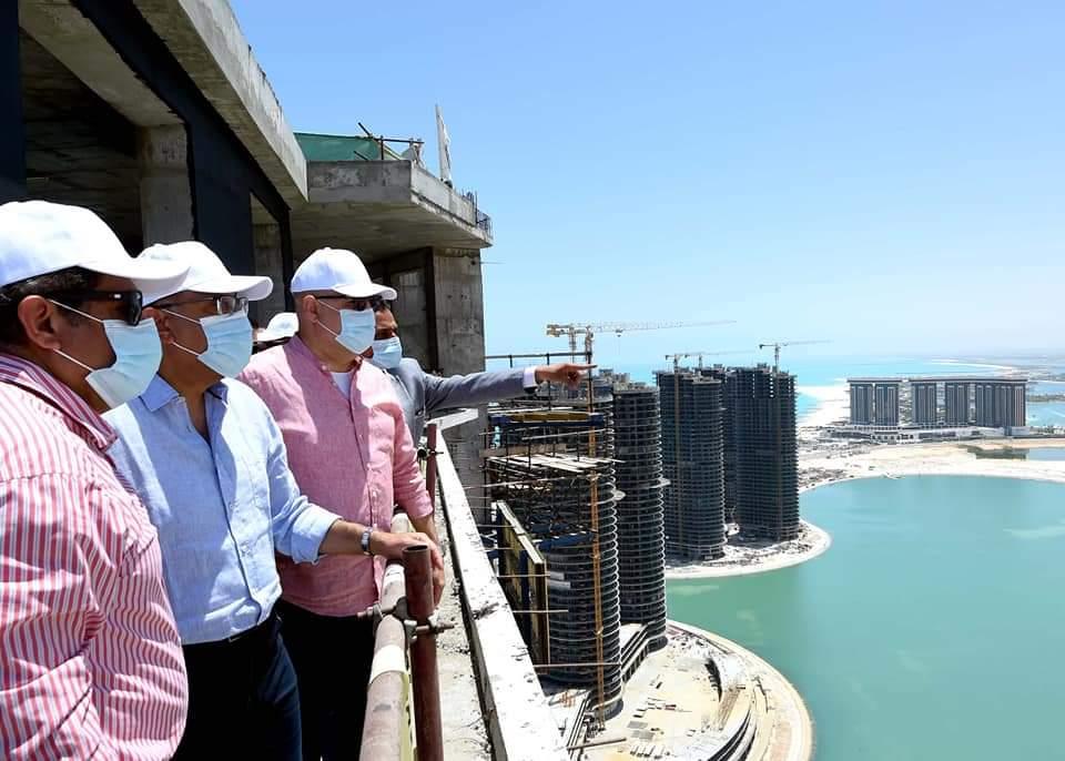 خلال جولته بمدينة العلمين الجديدة  رئيس الوزراء يتفقد أبراج مارينا العلمين والمنطقة الشاطئية الترفيهية