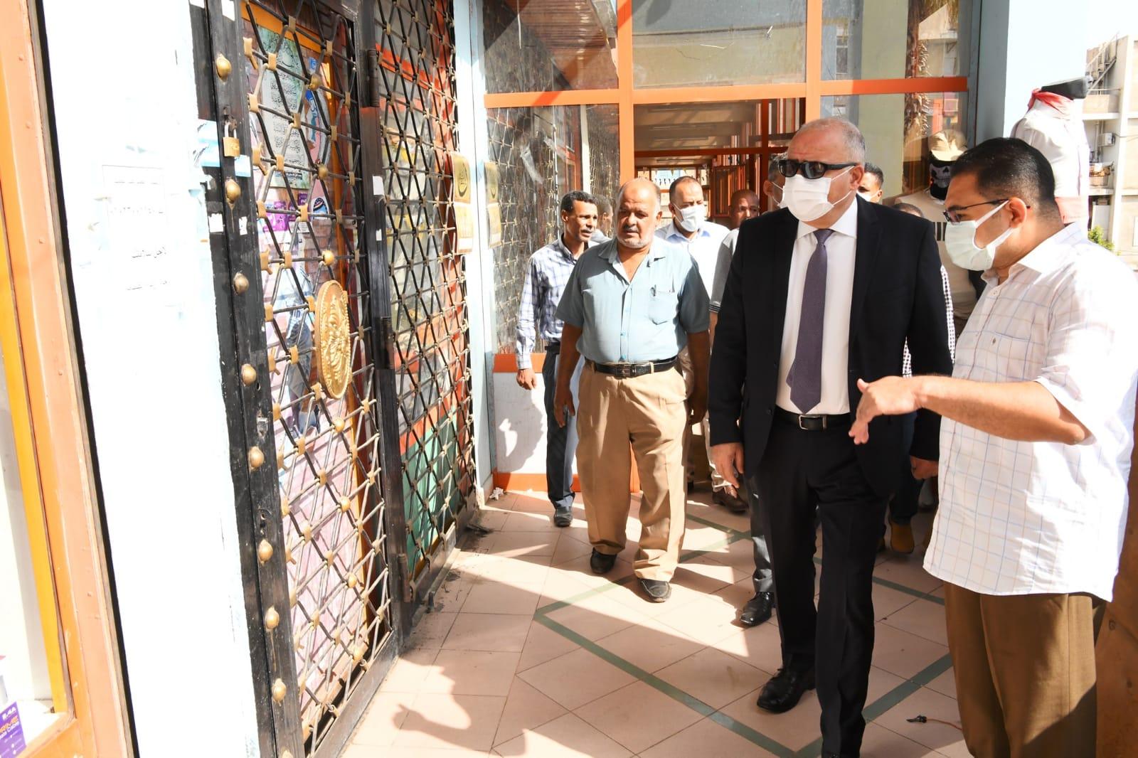 محافظ قنا يتفقد محال المعرض الدائم لمنتجات الشباب بمنطقة ميدان المحطة