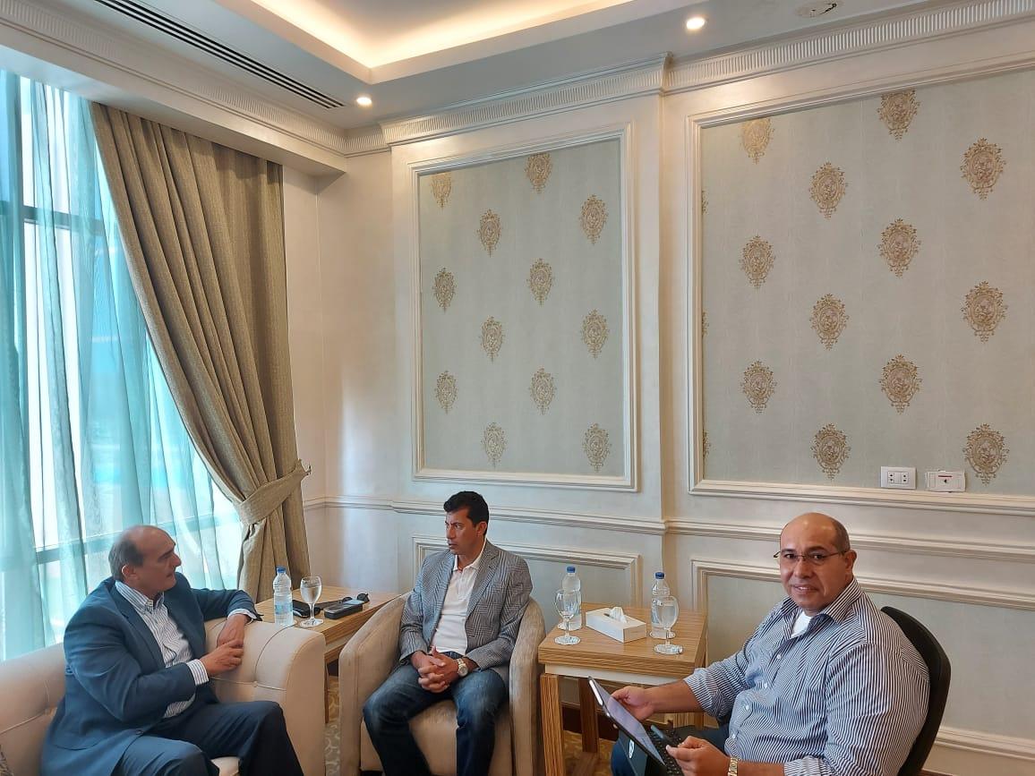 وزير الرياضة يكرم حاتم قنديل بعد رحلته من اسوان لدمياط بالقارب