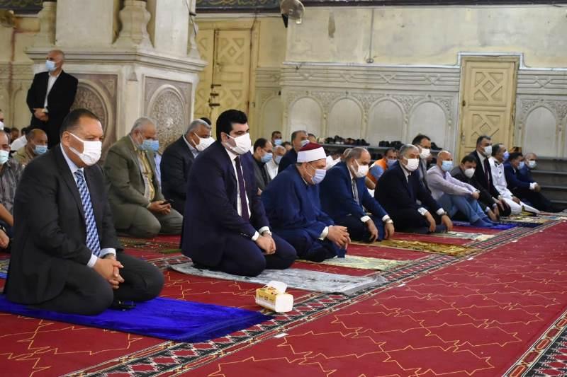 محافظ الشرقية يؤدي صلاة عيد الأضحى بمسجد الفتح بمدينة الزقازيق