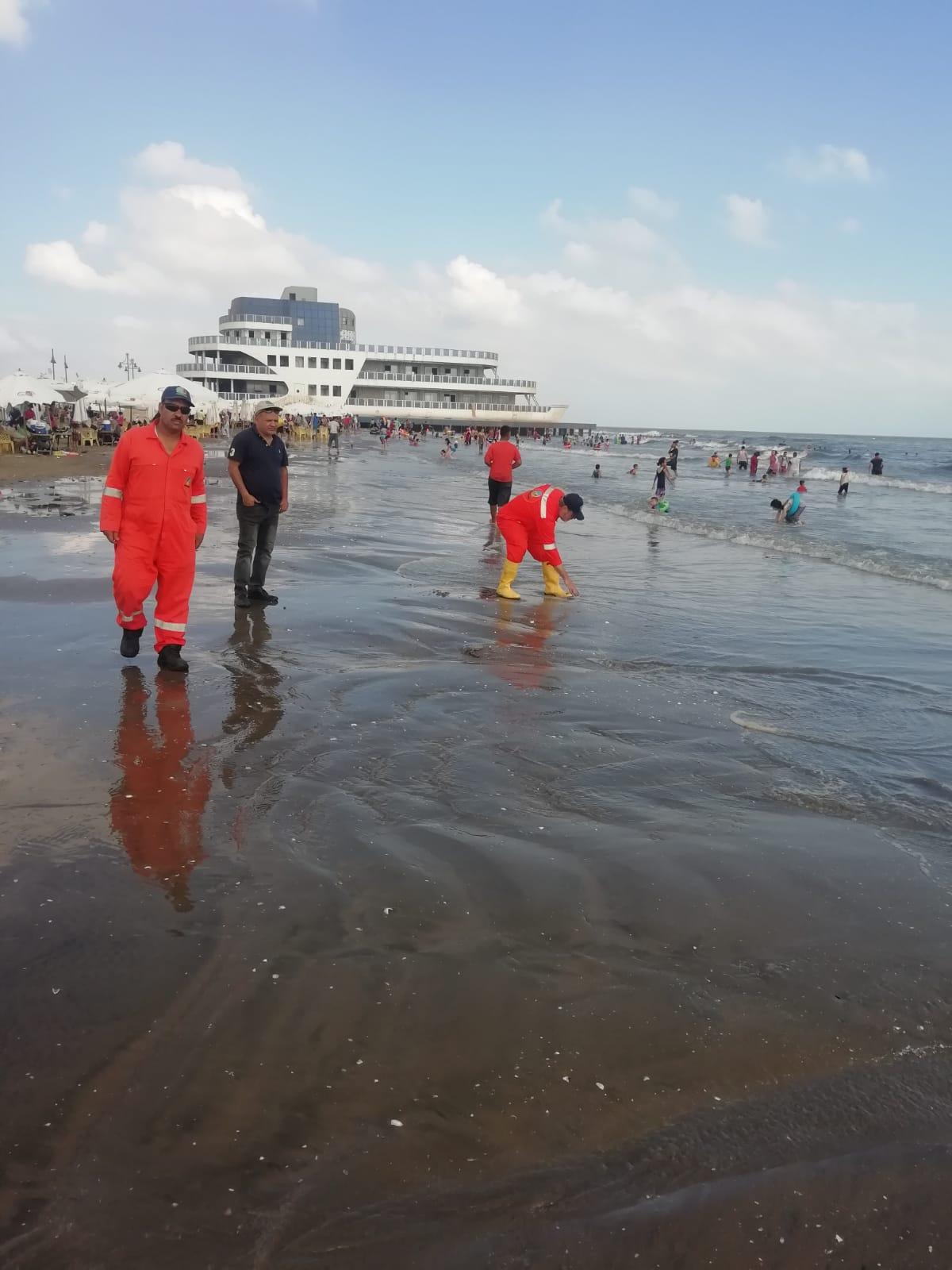 وزيرة البيئة: مسحنا الشواطئ المتضررة من التلوث الزيتى ببورسعيد وتأكدنا من خلو المنطقة من التلوث