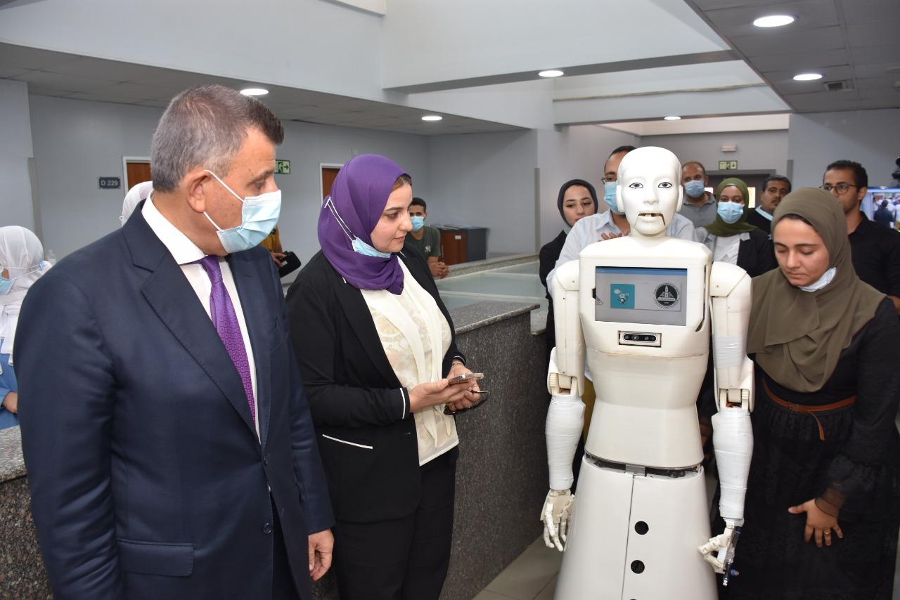 رئيس جامعة عين شمس يختبر أول ممرضة آلية من تنفيذ فريق بحثي بكلية الحاسبات والمعلومات