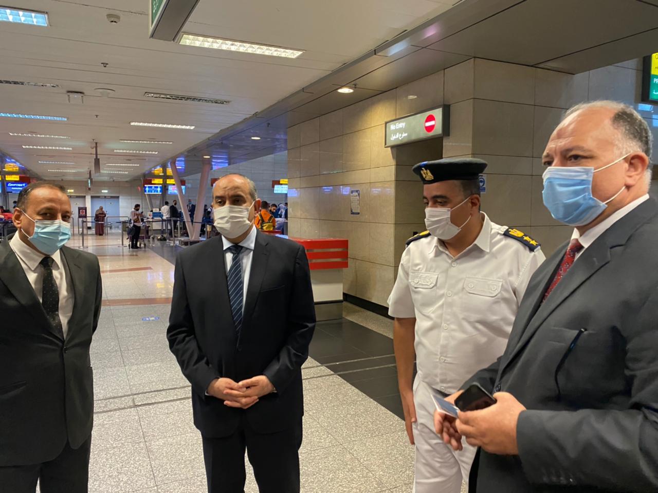 وزير الطيران يقوم بجولة مفاجئة بمبنى الركاب ٢و٣ بمطار القاهرة