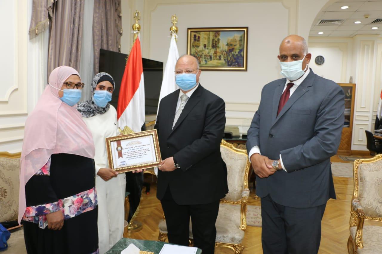 محافظ القاهرة يكرم اللاعبة إسراء سليمان حسين إبنة حى الاسمرات
