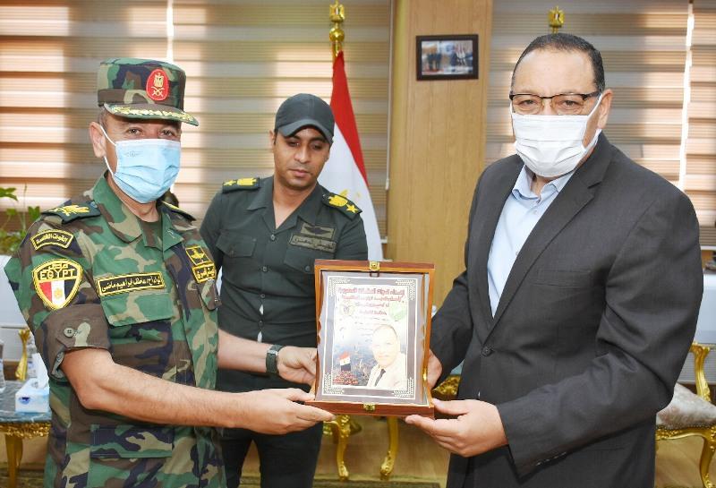 محافظ الشرقية يستقبل قائدي قوات الصاعقة ووحدات المظلات لتهنئته بالعيد القومي للمحافظة