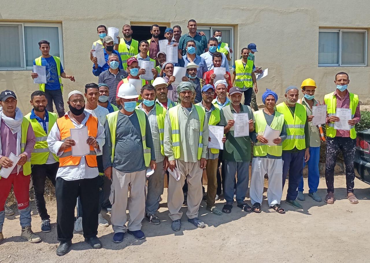 القوى العاملة : تسليم 76 بوليصة تأمين للعمالة غير المنتظمة بجنوب سيناء
