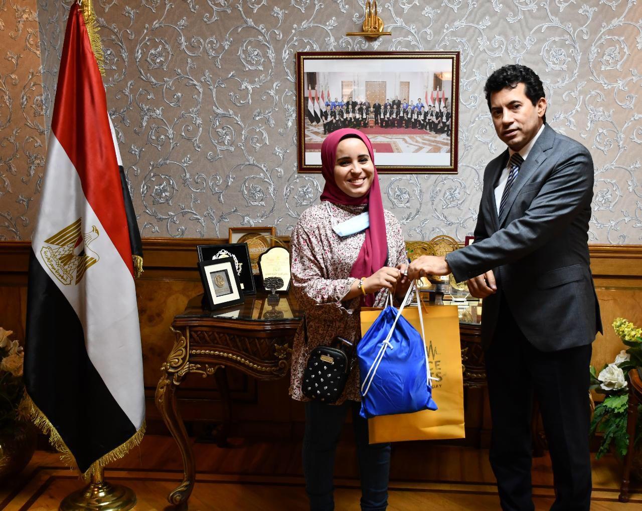 وزير الشباب يُكرم آيه عصام الدين بائعة غزل البنات