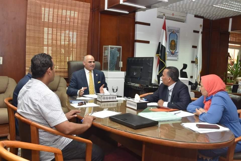 رئيس جامعة الأقصر يترأس اجتماع مجلس خدمة المجتمع وتنمية البيئة