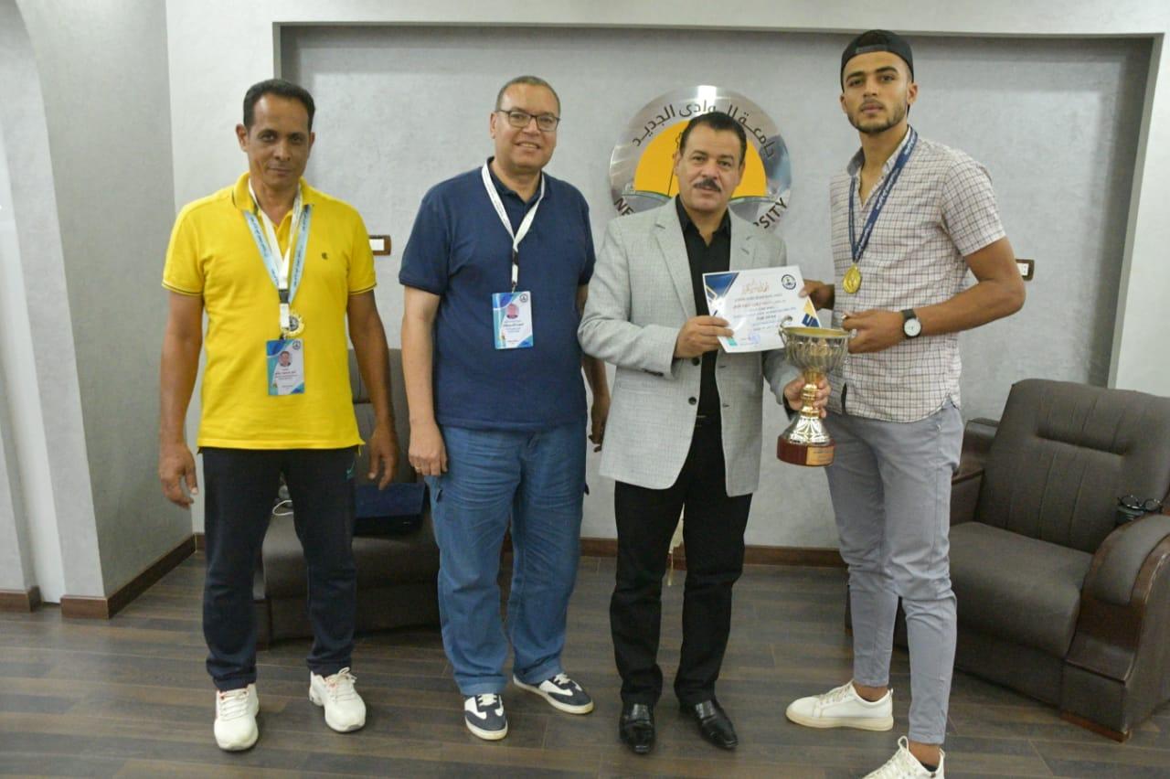 رئيس جامعة الوادى الجديد يكرم الفائزين بكأس ملتقى الجامعات الحدودية بجامعة العريش بشمال سيناء