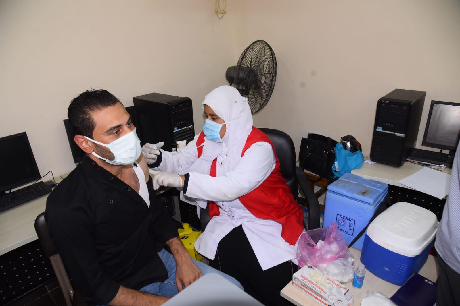 محافظ مطروح يتابع استمرار أعمال خطة المحافظة لتطعيم جميع العاملين بالمصالح والمديريات الخدمية والحكومية