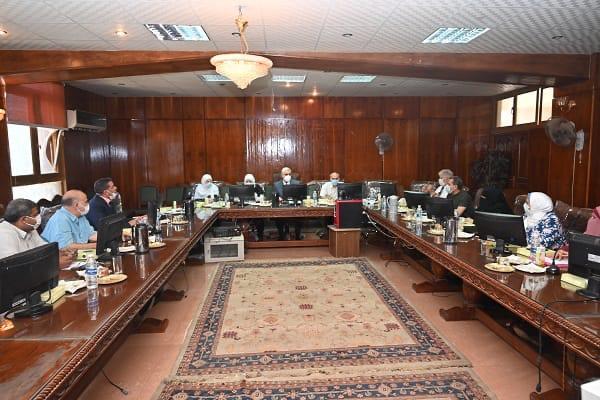 رئيس جامعة الفيوم يشهد عددًا من مجالس كليات الجامعة