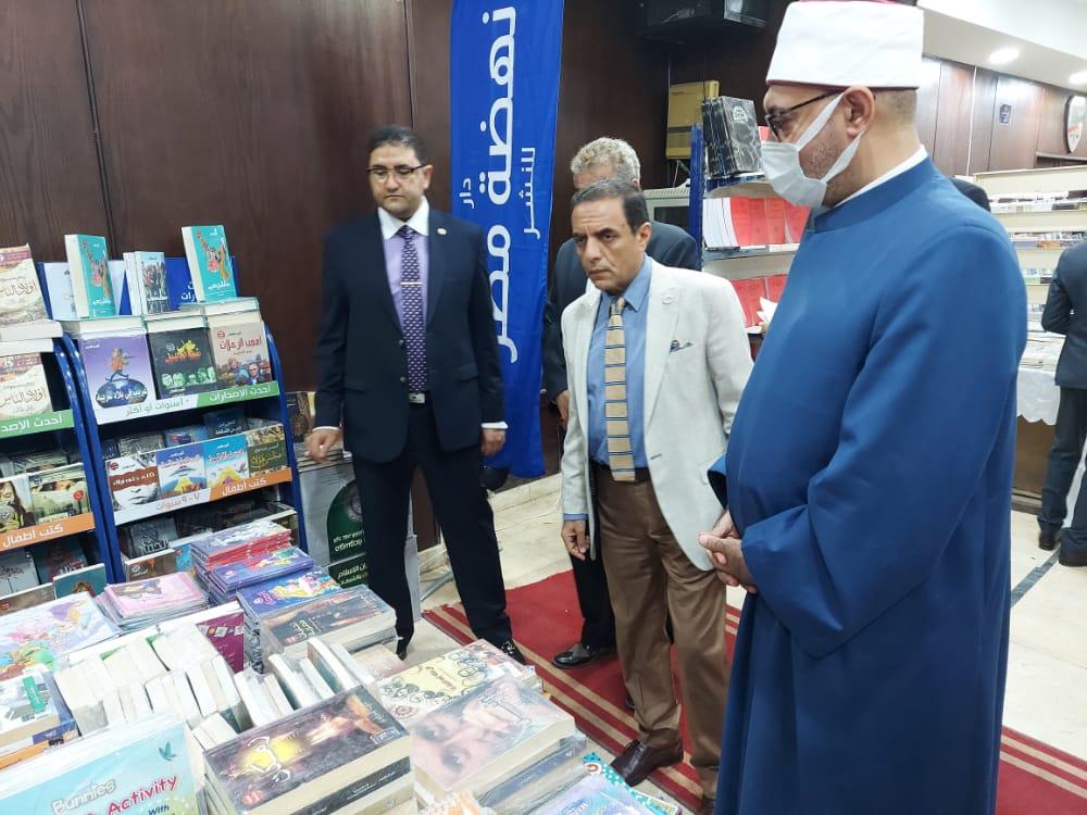 أمين البحوث الإسلامية يشارك في افتتاح معرض النيابة الإدارية للكتاب ويشيد بحسن تنظيمه