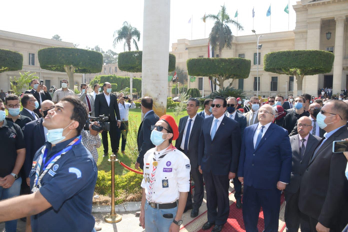 مع انطلاقة  العام الجامعي الجديد: عبد الغفار والخشت يشهدان تحية العلم وعزف النشيد الوطنى أمام قبة حرم جامعة القاهرة