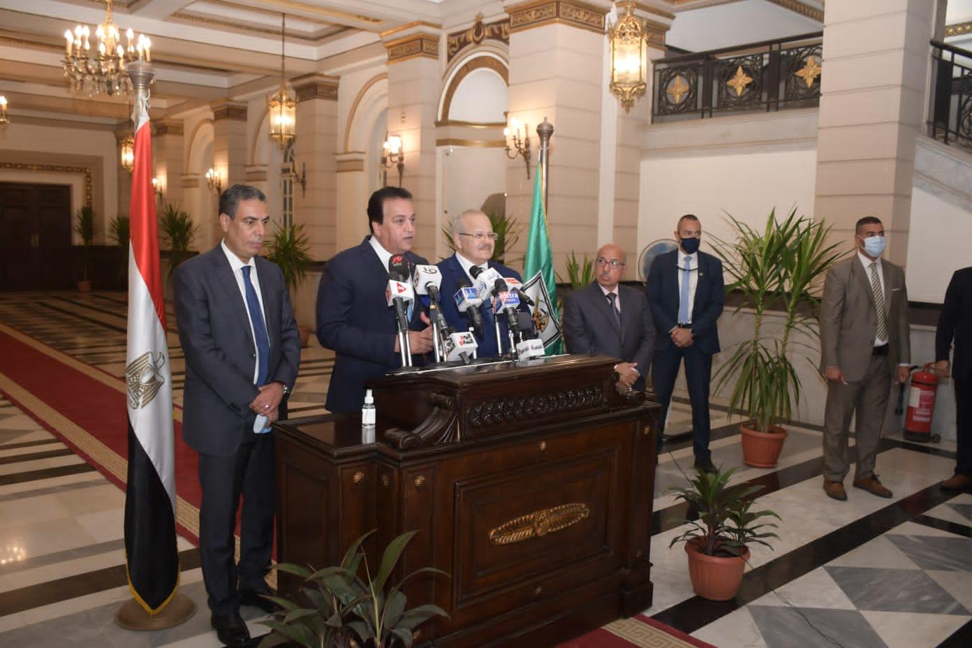 وزير التعليم العالي ورئيس جامعة القاهرة في مؤتمر صحفي مشترك