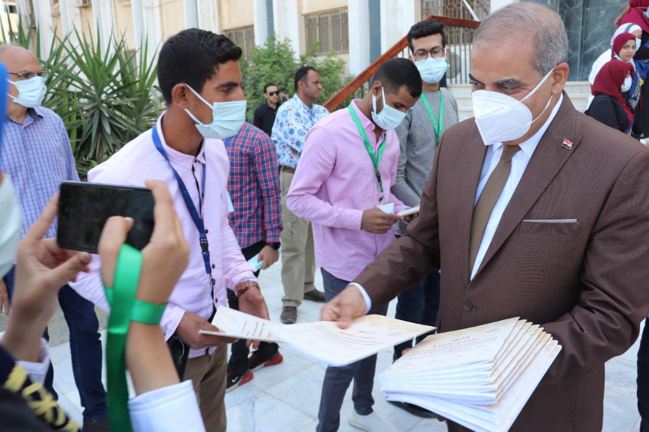 رئيس جامعة الأزهر والطلاب يستقبلون العام الدراسي الجديد بالنشيد الوطني وتوزيع الهدايا الرمزية