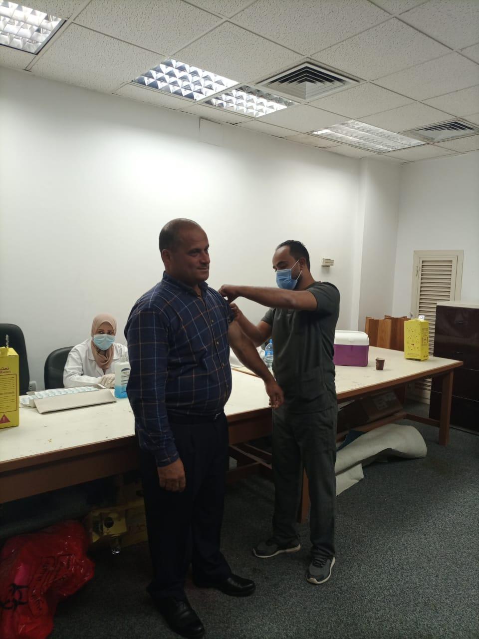 جامعة حلوان: استمرار تطعيم أعضاء هيئة التدريس والعاملين والطلاب ضد فيروس كورونا