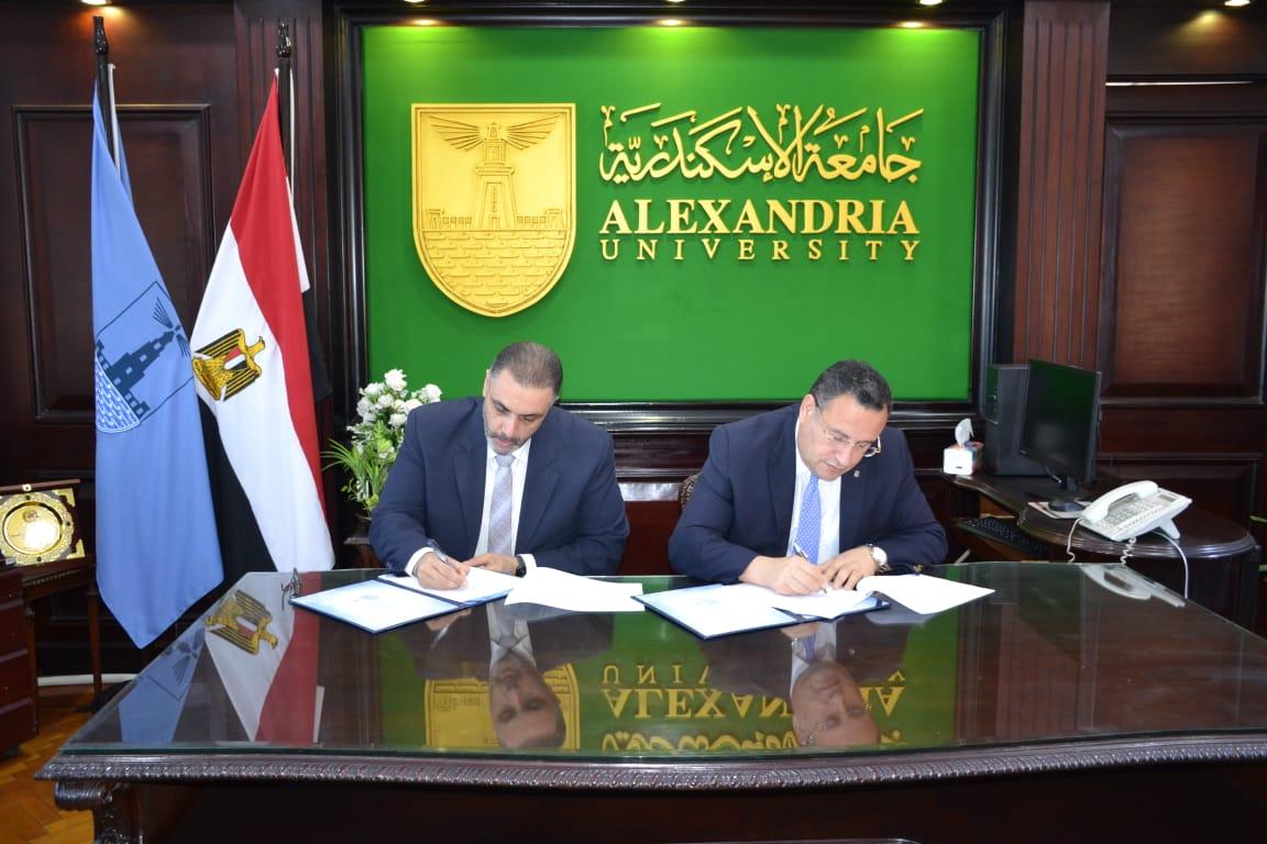"""رئيس جامعة الإسكندرية يوقع اتفاقية تعاون مع شركة ESRI العالمية المتخصصة في مجال ال """"GIS"""" نظم المعلومات الجغرافية"""