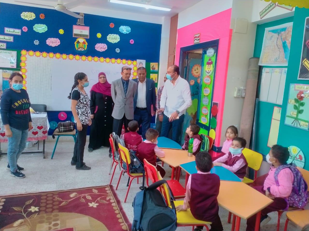 مسعود والنعيمي يقومان بالمرور علي المدارس للاطمئنان على سير العملية التعليمية.