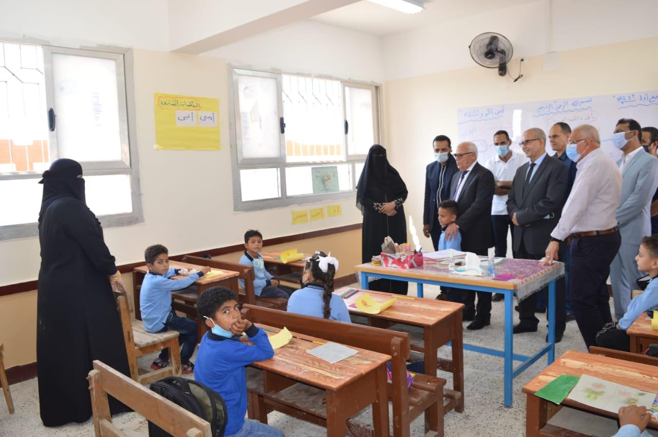 محافظ بورسعيد يشهد انتظام العملية التعليمية بمدرسة الجرابعة الابتدائية بغرب بورسعيد
