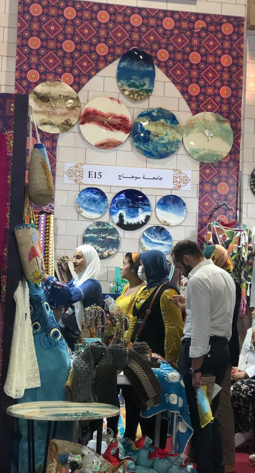 استمرار توافد الزائرين علي جناح جامعة سوهاج بمعرض تراثنا للحرف اليدوية والتراثية