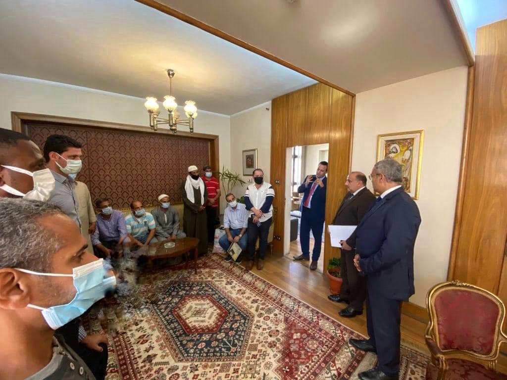 مساعد وزير الخارجية للشئون القنصلية يستقبل عددًا من المواطنين بعد تسوية مستحقاتهم المتأخرة في الخارج