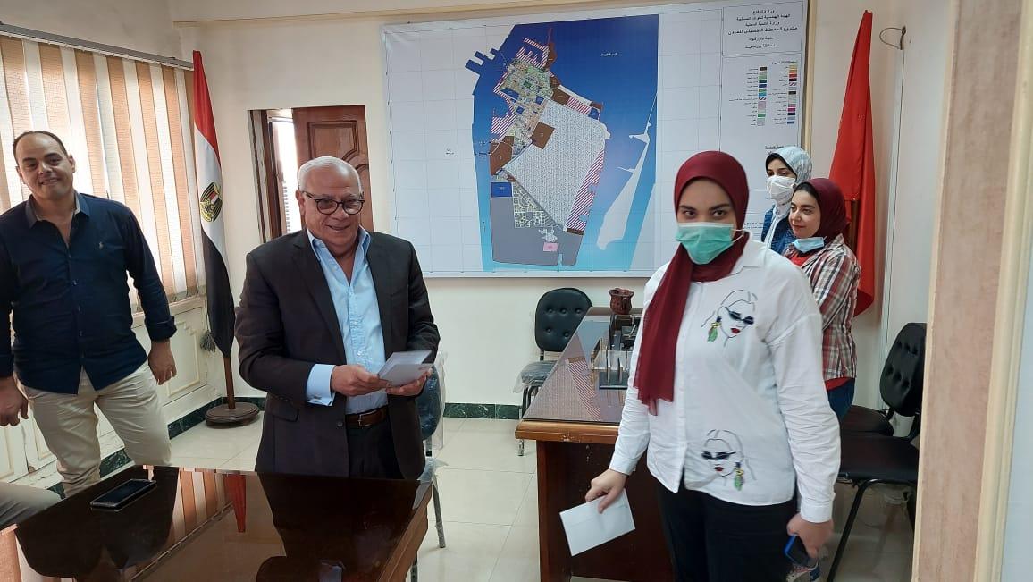محافظ بورسعيد يلتقى بالعاملين داخل مجلس مدينة بورفؤاد