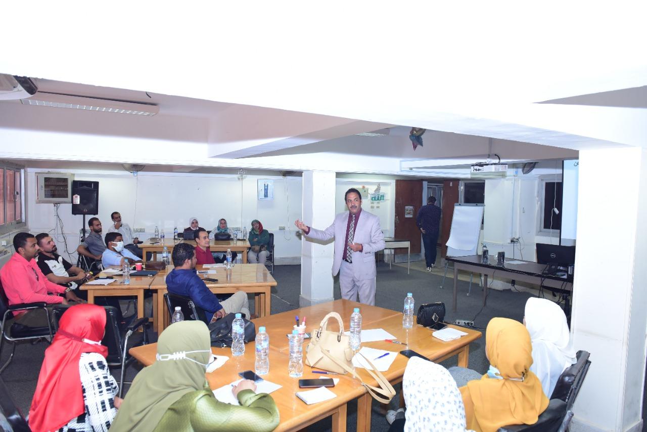 جامعة سوهاج تواصل برامجها التدريبية عن طرق كتابة البحث لمعاوني أعضاء هيئة التدريس