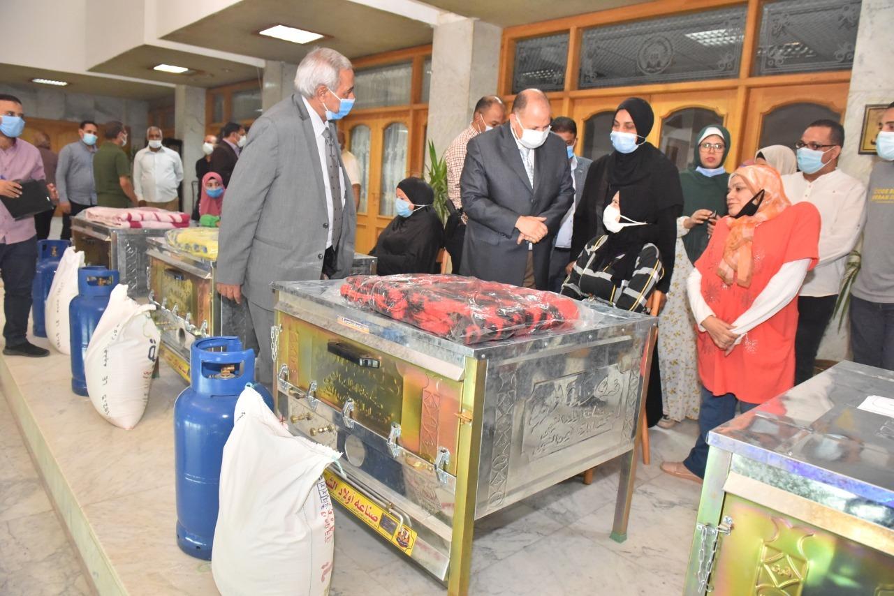 محافظ أسيوط يواصل توزيع أفران وماكينات خياطة كمشروعات مدرة للدخل على السيدات المعيلات والأسر الأولى بالرعاية وذوي الهمم