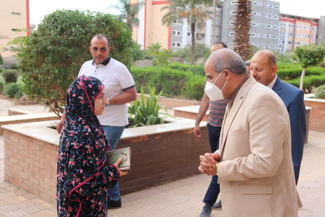 رئيس جامعة الأزهر يفاجئ المدينة الجامعية للطالبات ويوزع عليهن الهدايا