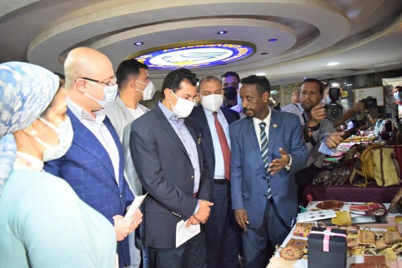 وزير الشباب ورئيس جامعة بني سويف والمحافظ يفتتحون معرض منتجات مراكز الشباب
