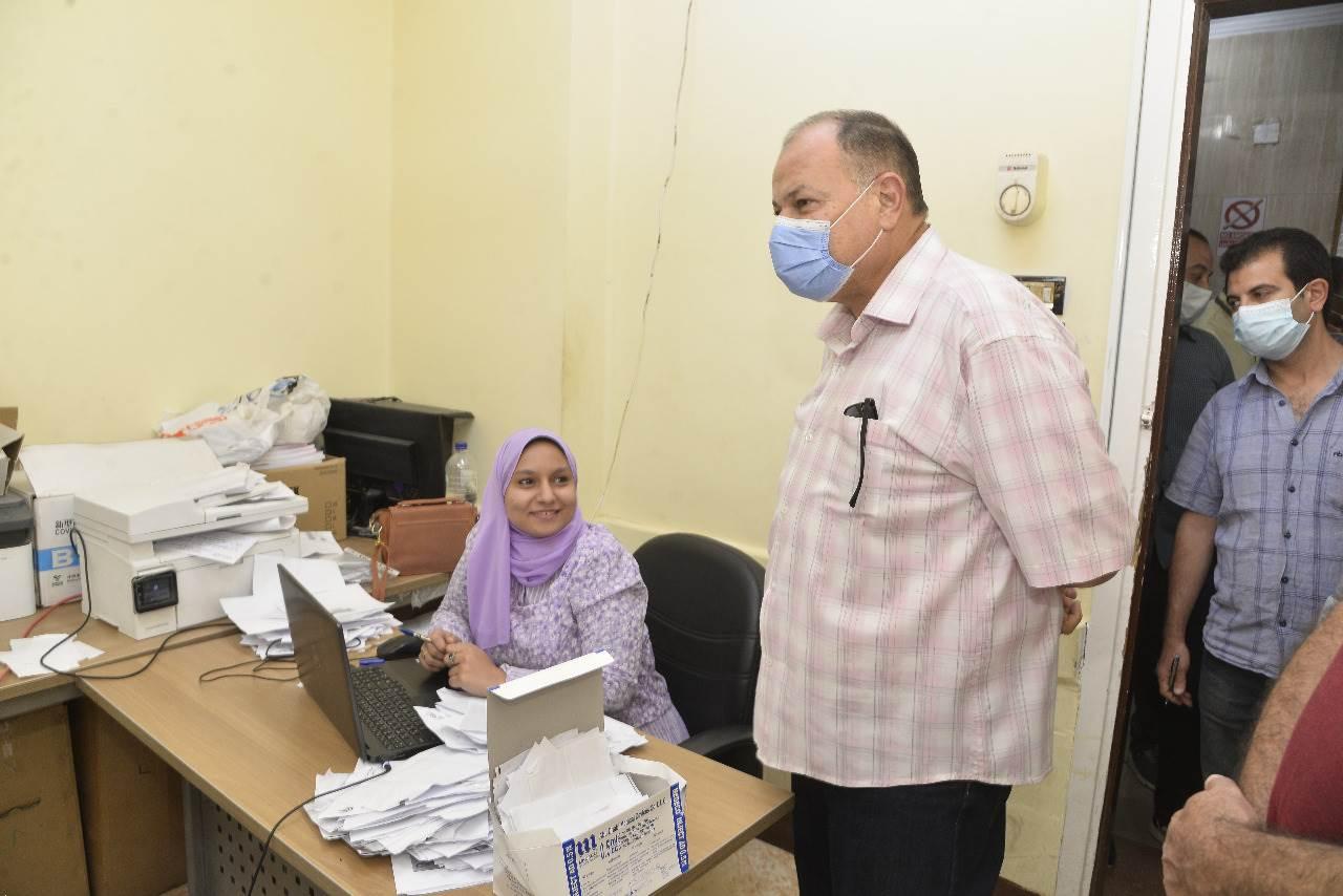 محافظ أسيوط يتابع تطعيم المواطنين بلقاح كورونا بالمركز الصحي الحضري بالوليدية